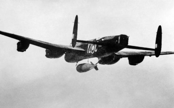 Bomba Grand Slam podczas zrzutu z bombowca Avro Lancaster