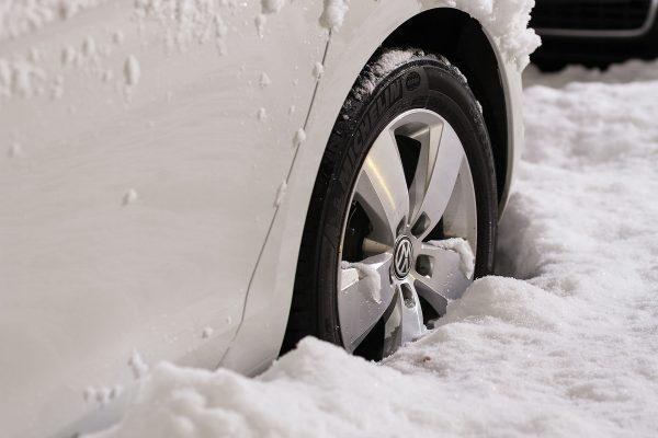Dobrym pomysłem na przygotowanie samochodu do zimy jest ustawienie zbieżności kół, co ułatwi poruszanie się po śliskiej drodze.