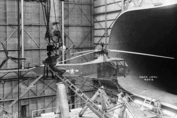 Sikorsky R-4 podczas testów w tunelu aerodynamicznym