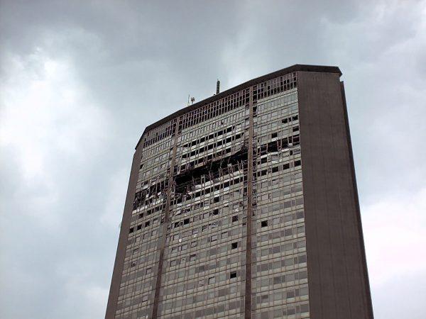 Pirelli Tower po uderzeniu samolotu (fot. Michele M. F./Flickr.com)