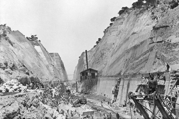 Kanał Koryncki podczas budowy (fot. 360hellenicyachtservices.gr)