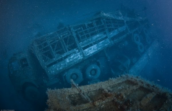 Jedna z ciężarówek które zatonęły wraz ze statkiem (fot. Jon Milnes)
