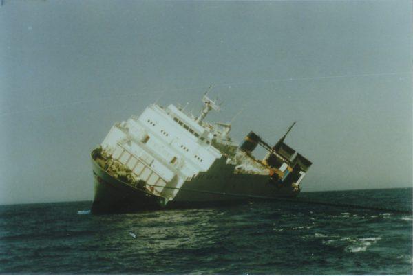 Przechylony MS Zenobia w pobliżu portu w Larnace