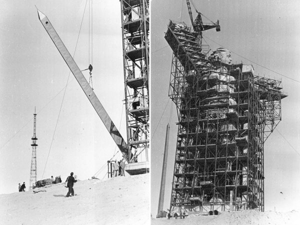 Monument podczas budowy