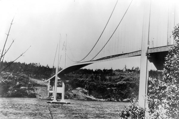 Falujący Tacoma Narrows Bridge