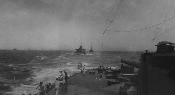 Japońskie okręty w drodze do Zatoki Cuszimskiej