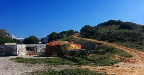 Dziobowa wieża pancernika Jaime I wykorzystywana jako stanowisko artyleryjskie niedaleko Tarify (fot. Luís Bonifácio)