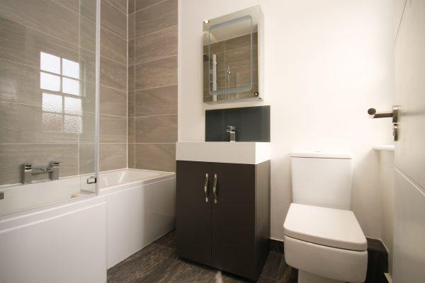 Czujniki zalania lub inteligentne toalety to tylko część gadżetów jakie można zastosować w łazience