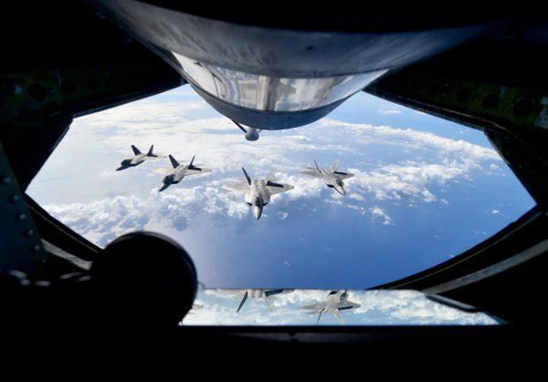 Raptory widziane z latającego tankowca.