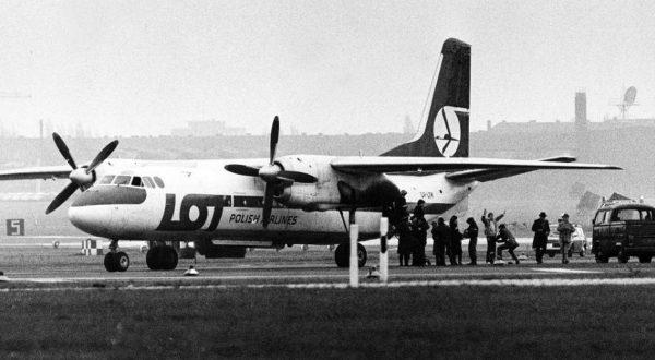 Ewakuacja pasażerów z An-24 porwanego przez Piotra Winogradzkiego