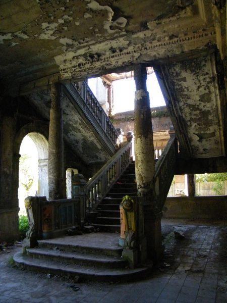 Ruiny teatru Enrique Molina (fot. Alexander Bustos Concha/Wikimedia