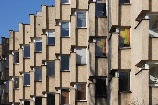 Apartamentowiec przy ulicy Koziej 9 w Warszawie (fot. urbanbacklog.com)