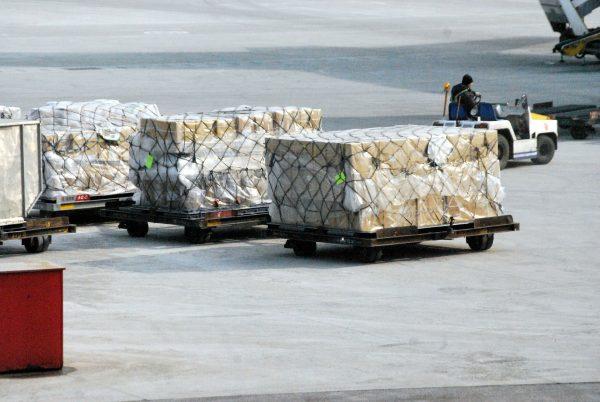 Aby maksymalnie wykorzystać dostępną przestrzeń transportową, wiele firm kurierskich obniża ceny aby przewieść więcej przesyłek