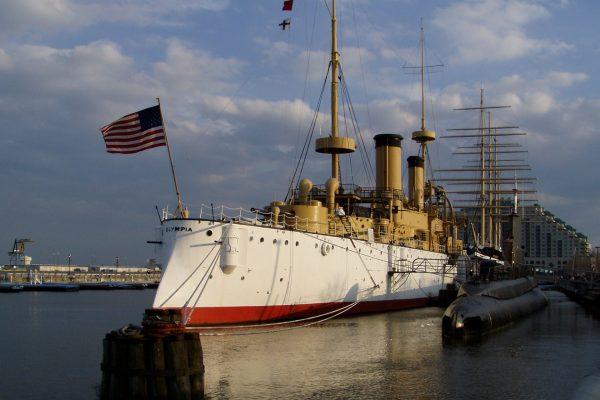 USS Olympia i okręt podwodny USS Becuna (fot. Jeffrey M. Vinocur)