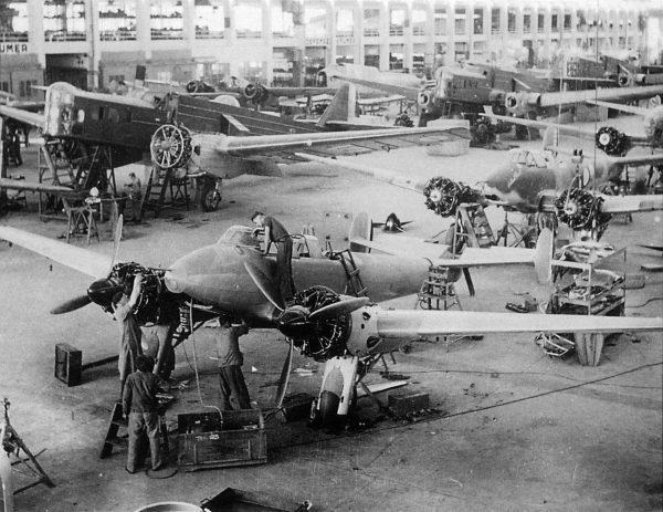 Bloch MB.210 podczas produkcji (na drugim planie)