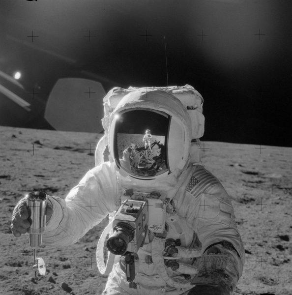 Jeden z astronautów z dobrze widocznym aparatem Hasselblad 500EL (EDC) (fot. NASA)