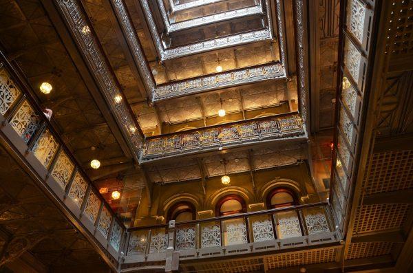 Wnętrze atrium 5 Beekman Street po renowacji