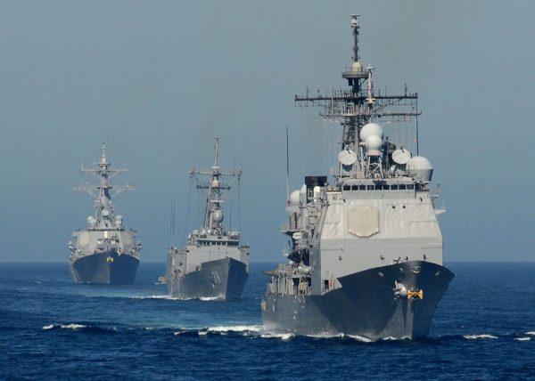 Krążownik typu Ticonderoga, fregata typu Oliver Hazard Perry i niszczyciel typu Arleigh Burke (fot. US Navy)