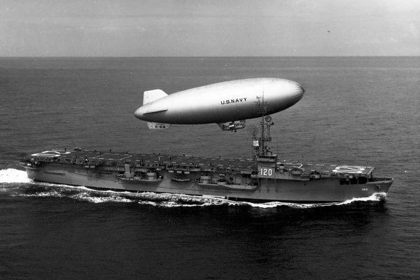 Sterowiec typu K nad USS Mindoro - 1950 rok