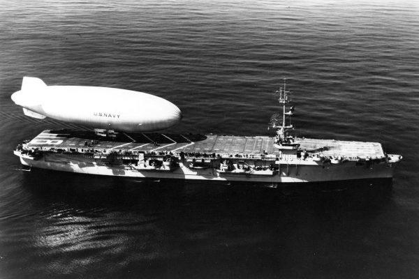 Sterowiec typu K nad USS Sicily - 1949 rok