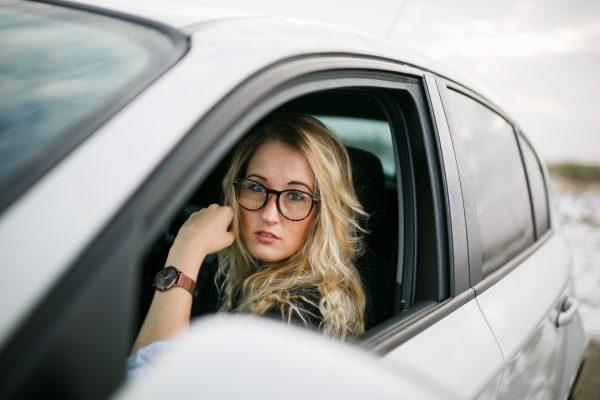 Zabranie ze sobą zmiennika to najlepszy sposób na zmęczenie. My prowadzimy auto, on śpi na miejscu pasażera, a gdy to my będziemy potrzebować snu – będzie wypoczęty i gotowy do przejęcia kontroli nad samochodem.