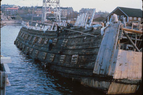 Galeon Vasa podczas podnoszenia