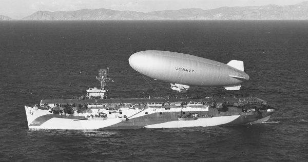 Sterowiec typu K nad USS Altamaha - 1944 rok