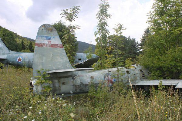 Wrak C-47 i F-84G na terenie bazy Željava (fot. Jerry Gunner)