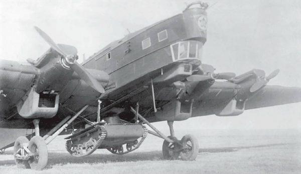 Przykład podczepienia tankietki T-38 pod bombowcem TB-3
