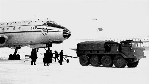 MAZ-535 w roli holownika samolotowego