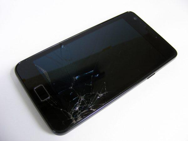 Ekrany smartfonów łatwo ulegają uszkodzeniu i często wymagają wymiany