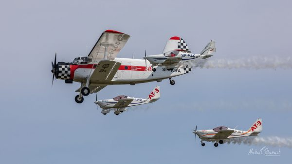 3AT3 Formation Flying Team i An-2 (fot. Michał Banach)