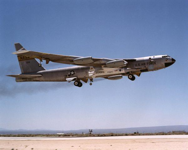 X-43 podwieszony pod B-52 podczas pierwszego lotu, 2 czerwca 2001 roku