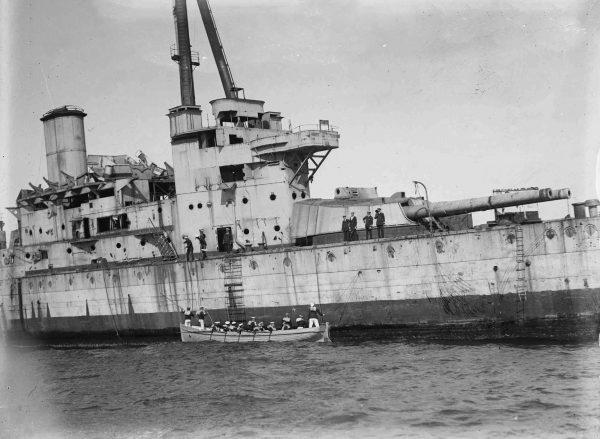 Ostatnia, szczątkowa załoga opuszcza pokład HMAS Australia