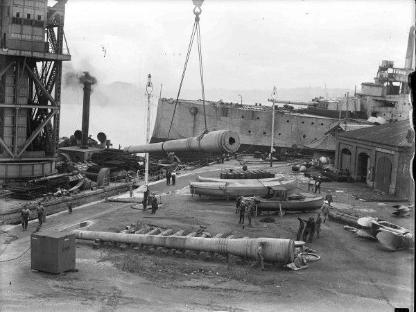HMAS Australia podczas usuwania wyposażenia