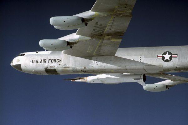 X-43 podwieszony pod B-52 podczas lotu testowego - bez zrzutu