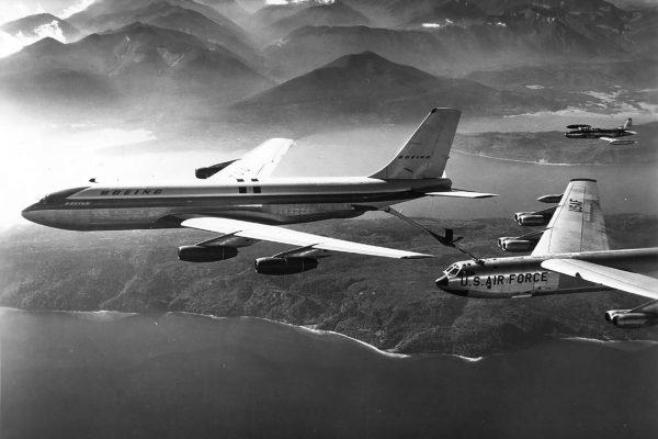 Boeing 367-80 podczas prób tankowania w powietrzu