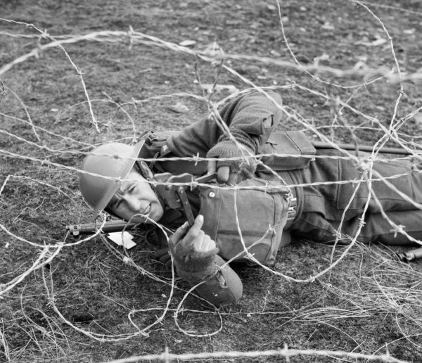 Brytyjski żołnierz podczas ćwiczeń w przecinaniu zasieków z drutu kolczastego