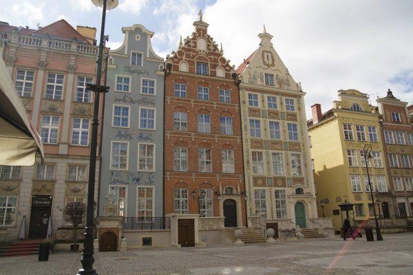 Piękne kamienice na Starym Mieście w Gdańsku. W środkowej (w kolorze ceglanym) znajduje się urokliwy Hotel Długi Targ