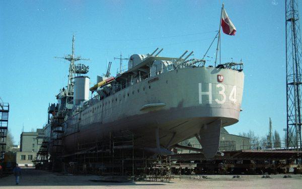 ORP Błyskawica podczas remontu w latach 90. (fot. Muzeum Marynarki Wojennej w Gdyni)