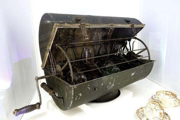 Ręczna zmywarka do naczyń z 1860 roku, zaprojektowana przez Carla Hultenberga (fot. Wikimedia Commons)