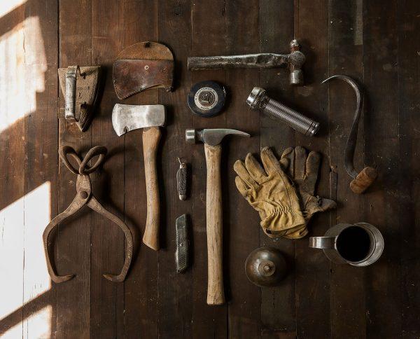 Wiele osób mających zmysł artystyczny lub minimalną smykałkę majsterkowicza świetnie radzi sobie z pracą w drewnie nawet bez dostępu do profesjonalnych i skomplikowanych narzędzi dla stolarzy.