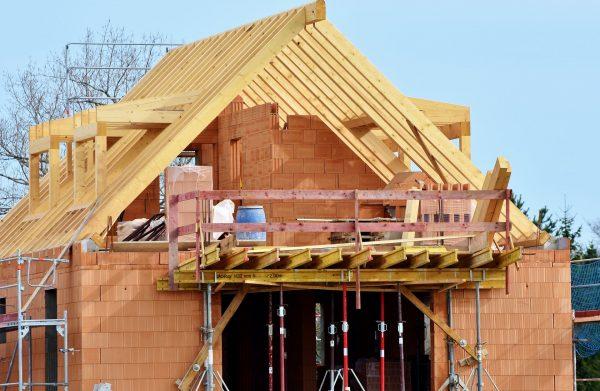 Planując budowę domu w przyszłym sezonie, warto dokładnie rozważyć wszelkie zalety oraz wady najpowszechniejszych materiałów stosowanych do budowy budynków mieszkalnych