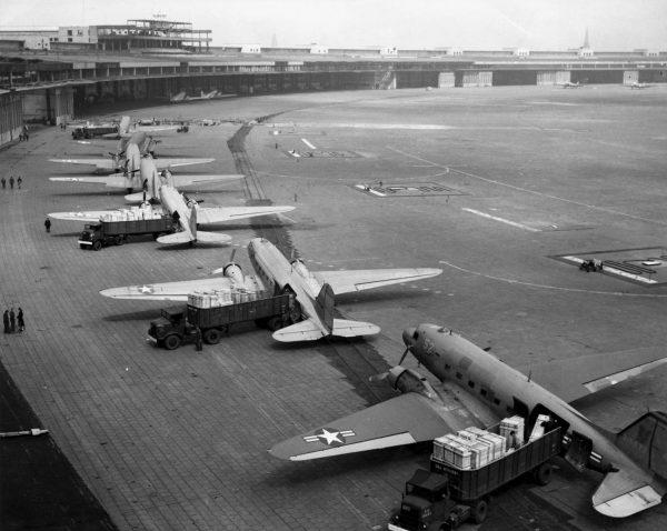 Rozładunek samolotów transportowych dostarczających zaopatrzenie na lotnisko Berlin-Tempelhof w trakcie blokady Berlina