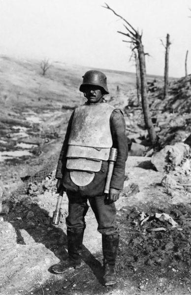 Niemiecki żołnierz w pancerzu podczas I wojny światowej