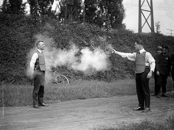Test kamizelki kuloodpornej stworzonej z kilku warstw materiału, przeprowadzony w Waszyngtonie w 1923 roku