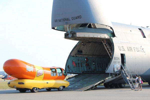 """Wienermobile """"połykany"""" przez C-5 Galaxy"""