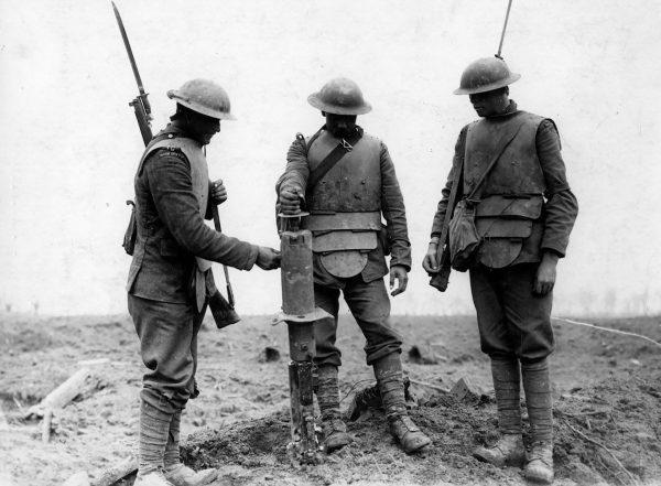 Brytyjscy żołnierze w niemieckich pancerzach podczas I wojny światowej