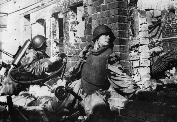 Rosyjski żołnierz w pancerzu SN-42