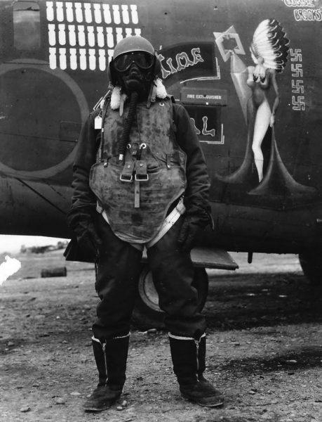 Członek załogi amerykańskiego bombowca podczas II wojny światowej w kamizelce przeciwodłamkowej